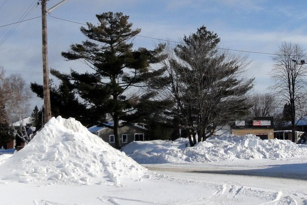 snow piles.dec.22.12 (600 x 400)